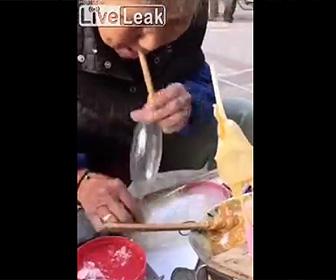 【動画】お婆さんの息で膨らまして作る砂糖菓子を少女が食べる