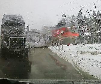 【動画】踏切で立ち往生するとレーターに電車が突っ込む衝撃事故