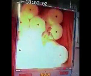 【動画】トラックの荷台に作業員が荷物を詰めるが突然静電気で爆発してしまう衝撃映像