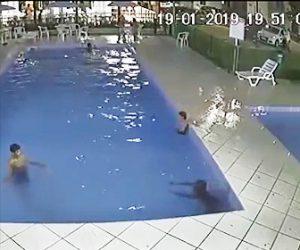 【動画】男の子が子供用プールから深い大人用プールに移動してしまい…