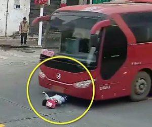 【動画】横断歩道を渡る10歳の少女がバスにはね飛ばされる衝撃映像