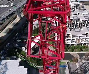 【動画】建設現場で大型クレーンが折れ作業員が必死にクレーンにしがみ付く衝撃映像