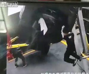 【動画】リフトに乗せてロールスロイスを整備士2人が修理するが恐ろしい事故が起きてしまう