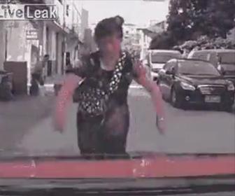 【動画】中国の当たり屋女がヤバすぎる。周りの人達も唖然とする行動