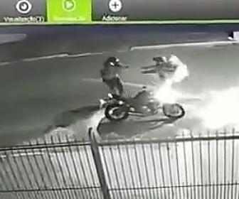 【動画】バイクに乗った強盗2人に男性が襲われるが銃で反撃する衝撃映像