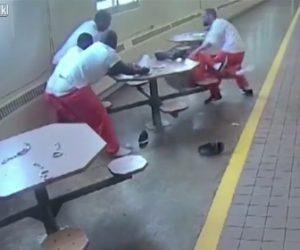 【動画】刑務所で手錠をかけられ動けない4名の囚人にナイフで襲いかかる