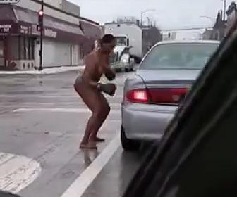 【閲覧注意動画】ボクシンググローブをはめた裸の女が道の真ん中でヤバすぎる行動