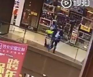【閲覧注意動画】男がショッピングモール3階から少女を投げ落とした後、自分も飛び降りる
