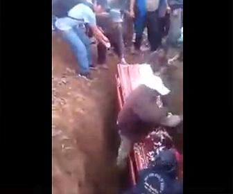 【動画】葬儀で棺桶を墓穴に入れようとするが失敗、遺体が出てきてしまう衝撃映像