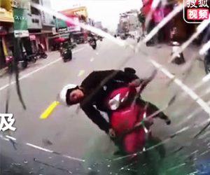 【動画】バイクが反対車線を逆走しトラックと正面衝突してしまう衝撃事故