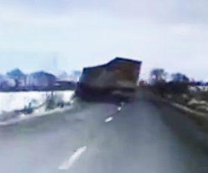 【動画】反対車線にはみ出しトラックを追い越そうとする車がコントロールを失い…