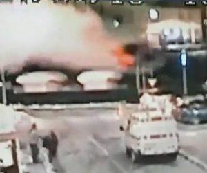 【動画】猛スピード(211km)の車が斜面に突っ込み屋根の上まで吹き飛んでいく衝撃事故
