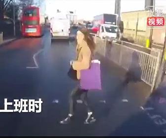 【動画】道を横断しようとする女性がバイクに撥ね飛ばされてしまう