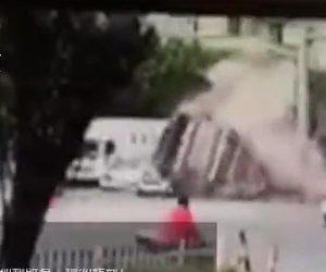 【動画】信号待ちをしている車にダンプカーが突っ込み横転。積み荷の土砂が車に…