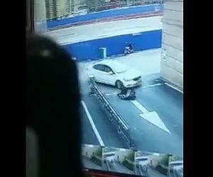 【動画】車道で遊ぶ子供2人が右折した来た車に轢かれてしまう衝撃事故