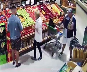 【動画】スーパーマーケットで女性の財布を巧みに盗み出す泥棒2人