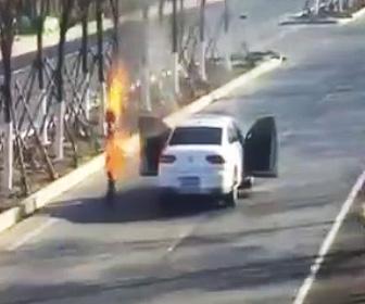 【動画】車道で停車した車から火だるまの男性が飛び出てくる衝撃映像