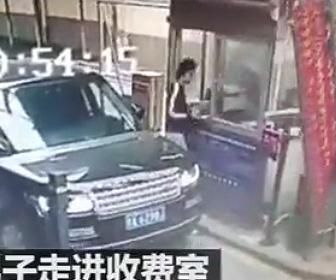 【動画】8元(130円)の駐車料金支払いで女性駐車場係員に暴行する男