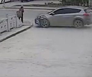 【動画】コントロールを失った車が歩行者をはね飛ばし電柱に激突