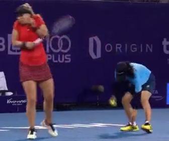 【動画】テニスの試合でコートに入って来た虫にボールガールが衝撃の行動