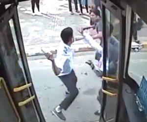 【動画】バイク運転手がバスに進路を塞がれバスに殴りこんで来る衝撃映像
