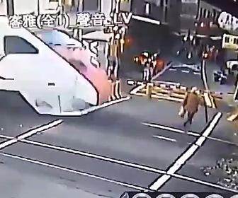 【動画】下りた遮断機を避けお婆さんが踏み切りを渡ろうとするが猛スピードの電車が…