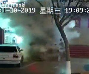 【動画】子供が線香花火をマンホールに投げるとマンホールが大爆発してしまう衝撃映像