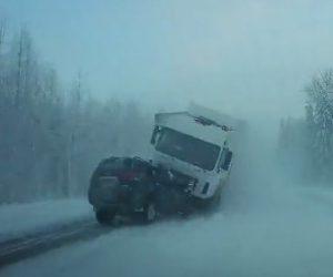【動画】雪道を猛スピードで車を追い越す三菱パジェロスポーツが対向車のトラックと正面衝突