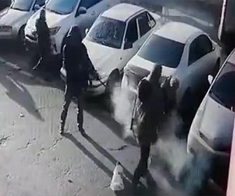 【閲覧注意動画】男が裁判所の前で夫婦を銃で撃ち殺す衝撃映像