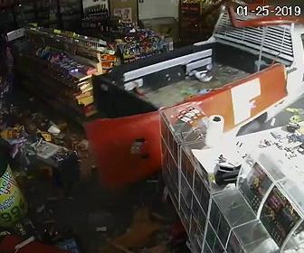 【動画】コンビニにピックアップトラックで突っ込みATMを盗む泥棒