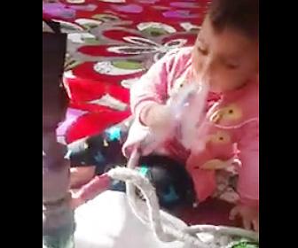 【動画】赤ちゃんが水タバコを吸う衝撃映像