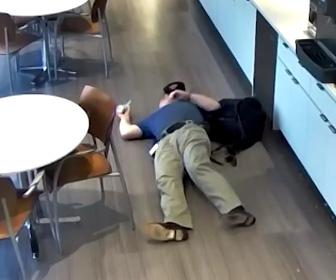 【動画】自分で床に氷を撒き滑って転倒したふりをする保険金詐欺師