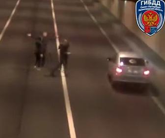 【動画】トンネル内で車を停めて写真撮影をするグループに猛スピードのトラックが…