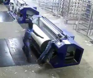 【動画】紡績工場で回転する機械に作業員が巻き込まれてしまう衝撃事故