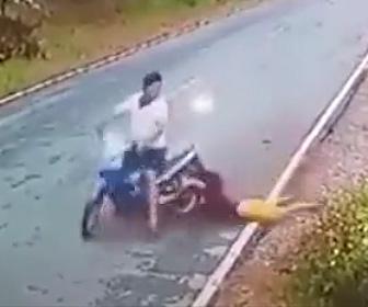 【動画】バイクの後ろに乗る女性の服がタイヤに巻き込まれしまう衝撃事故