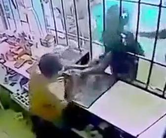 【動画】鉄格子も向こうにいる店員の服を掴みナイフで刺しまくり殺害する