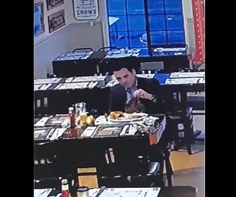 【動画】レストランで食事する男がステーキをナプキンに包み盗み出す衝撃映像