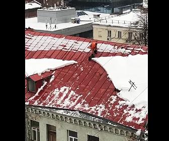 【動画】屋根の上で雪かきをする男性が足を滑らせ落下してしまう衝撃映像