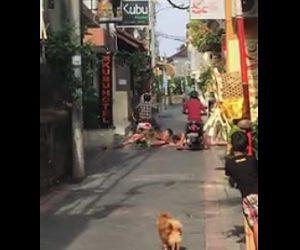 【動画】酔って道で寝ている観光客の上をバイクで走る地元の男性