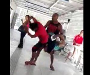 【動画】泥棒が女性を襲おうとするがそれに気づいた男性が泥棒を殴り倒す衝撃映像