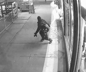 【動画】男がアダルトショップのガラスを破壊しマネキンを引っ張り出す衝撃映像