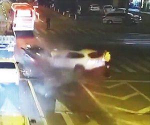 【動画】交差点で猛スピードのBMWが前の車に突っ込み歩行者をはね飛ばす
