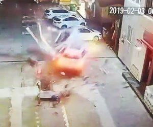【動画】猛スピードの車がガソリンスタンドの給油機を破壊し壁に突っ込む