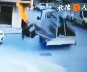 【動画】トラックの荷台からガラスの板が倒れ落下。男性が下敷きになってしまう衝撃映像