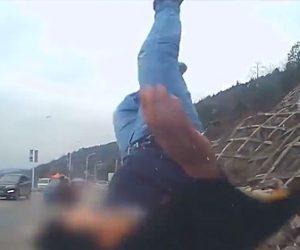 【動画】わき見運転の車が男性を撥ね飛ばしてしまう衝撃事故