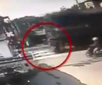 【動画】踏切の信号を無視したバイクが列車に轢かれてしまう衝撃事故