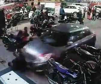 【動画】駐車しようとする車を誘導する男性が車に轢かれてしまう衝撃事故