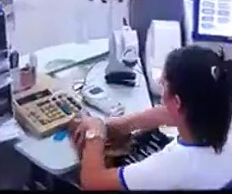 【動画】銀行窓口の女がお金を盗む防犯カメラ映像