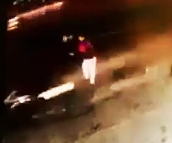 【動画】猛スピードの車に道の脇に立つ男性を撥ね飛ばす衝撃事故映像