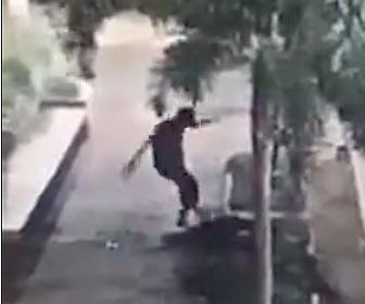 【閲覧注意動画】16歳少年が21歳男性を銃で撃ち蹴りまくって逃走する衝撃映像